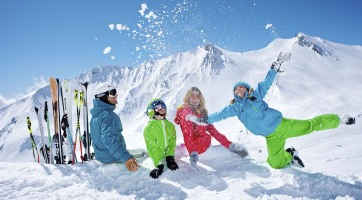 skiing-family-in-the-snow